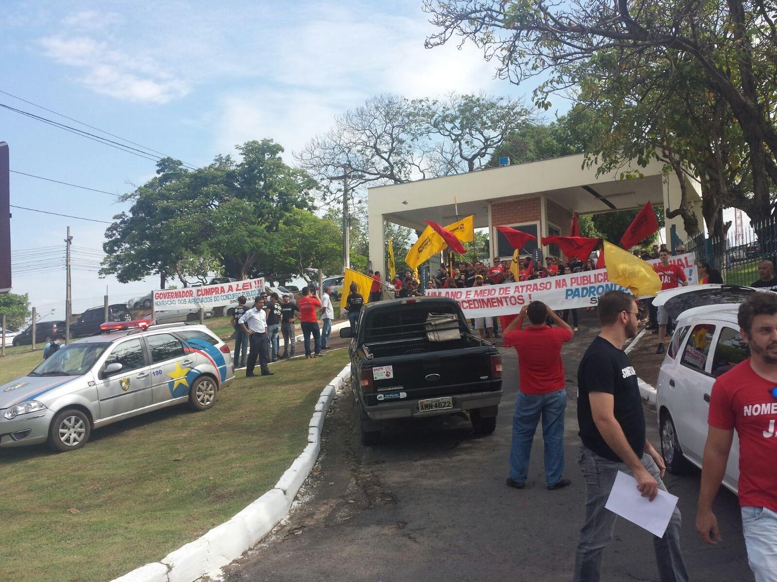 Servidores prometem não recuar da posição de greve