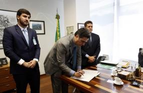 Em Brasília, prefeito assina adesão ao projeto A3P