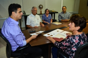 Prefeito recebe design de moeda comemorativa dos 300 anos; projeto concorre a prêmio da Casa da Moeda