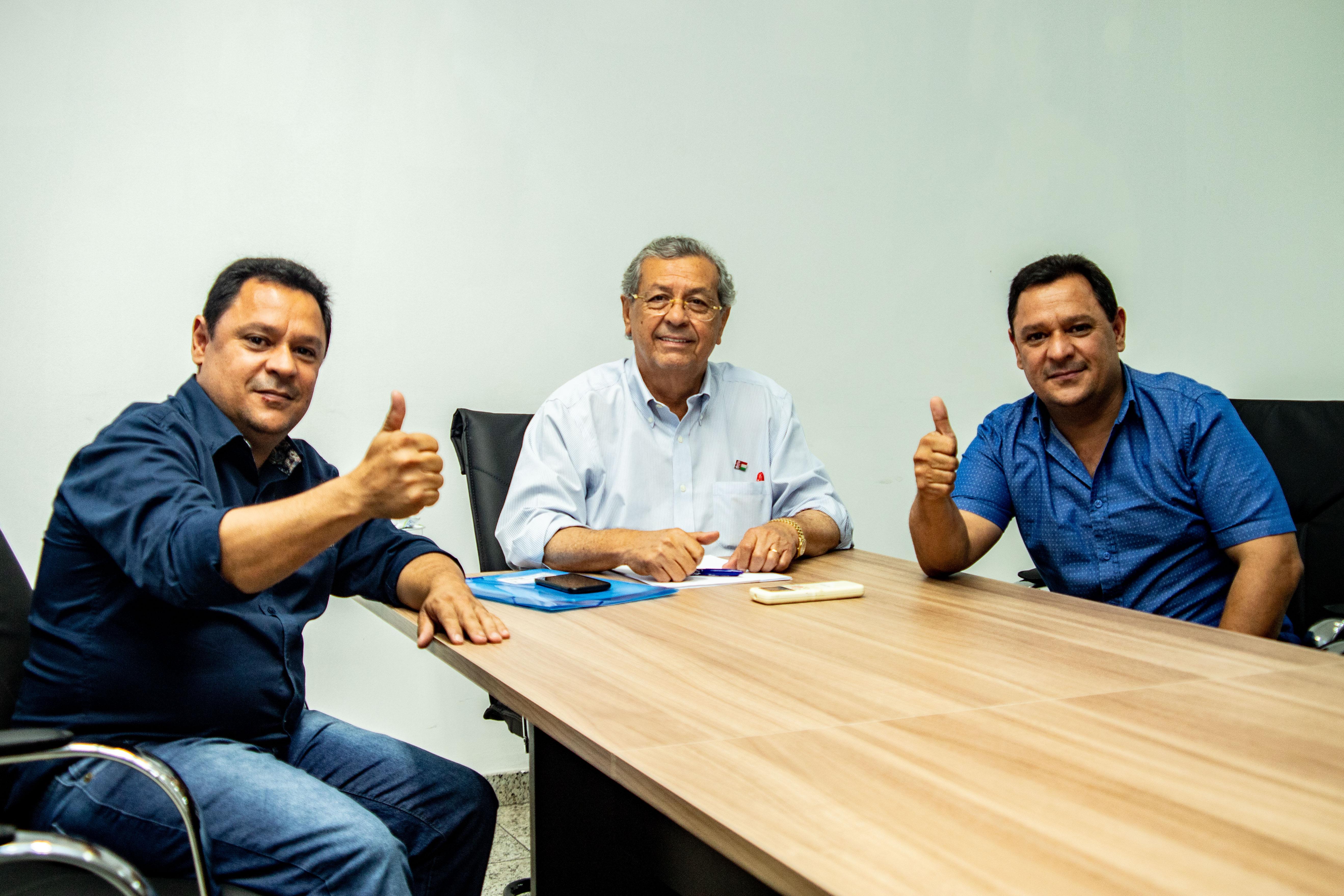 Líder em pesquisas, Jayme Campos reforça projeto com apoio de prefeito tucano