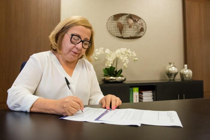 Presidente do IEPTB, a tabeliã Velenice Dias destaca que hoje existem 37 convênios firmados com entes públicos e o setor privado para recuperação de crédito em MT. Foto: Assessoria - Foto: