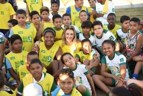 Gestão sorteia camisetas da seleção para crianças do Bom de Bola, Bom de Escola