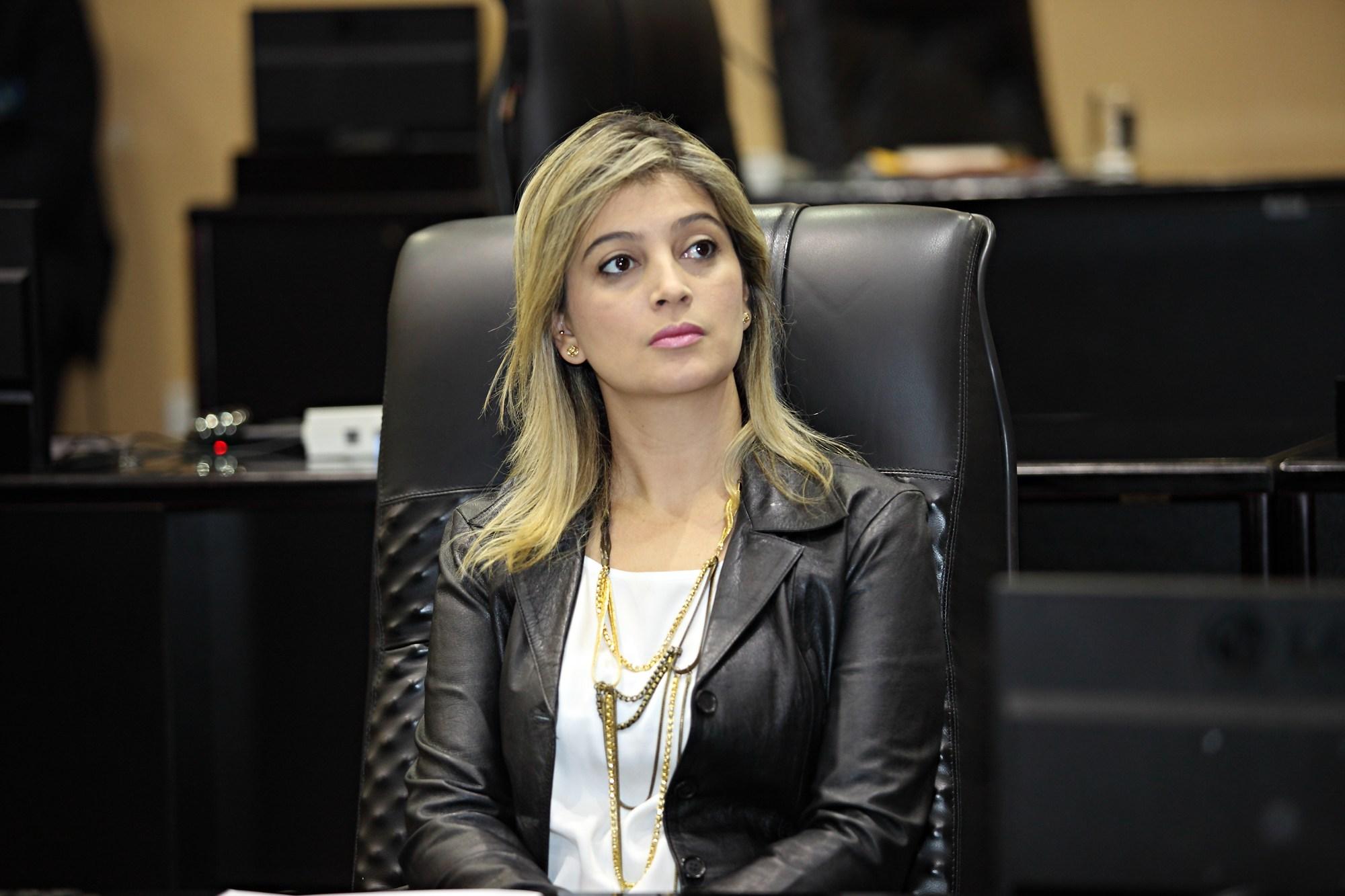 Tribunal de Contas do Estado multa Luciane Bezerra por contratação irregular