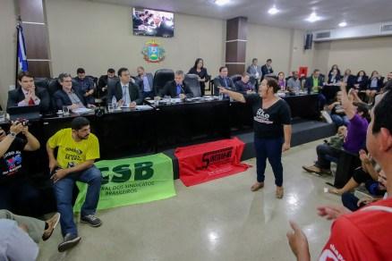Debate da PEC do Teto de Gastos é marcado por protestos de servidores