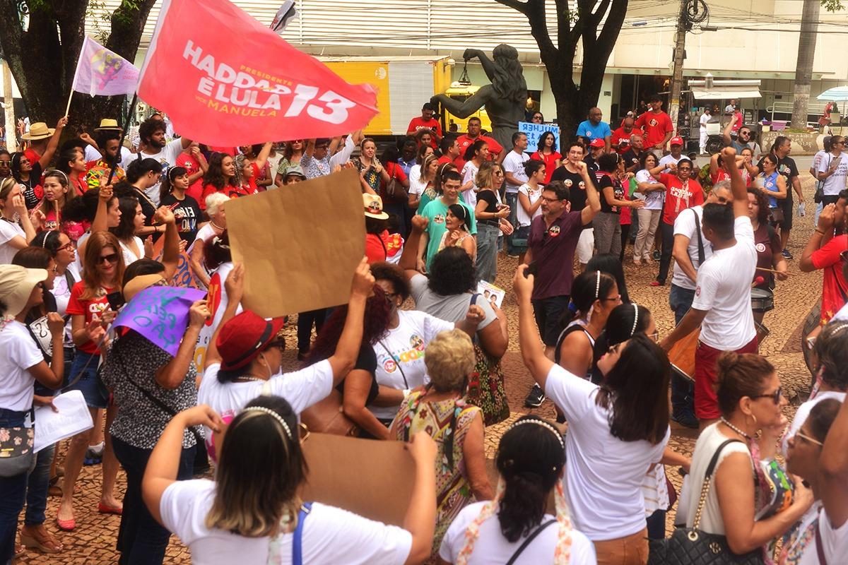 """Em Cuiabá, ato do PT reúne centenas de pessoas na caminhada """"Haddad presidente"""""""