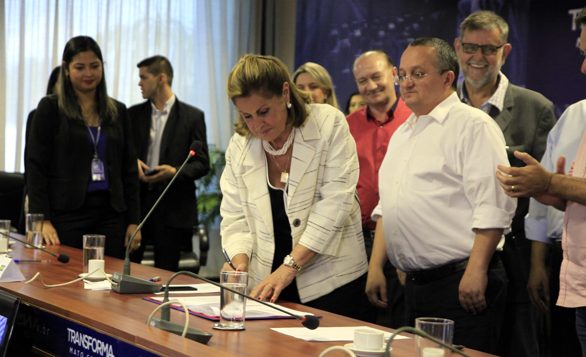 Prefeitura entrega títulos definitivos para mais 171 famílias de Cohabs