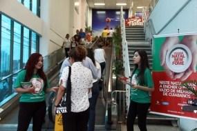 Blitz do Natal Sem Fome orienta clientes sobre a ação de doação de alimentos