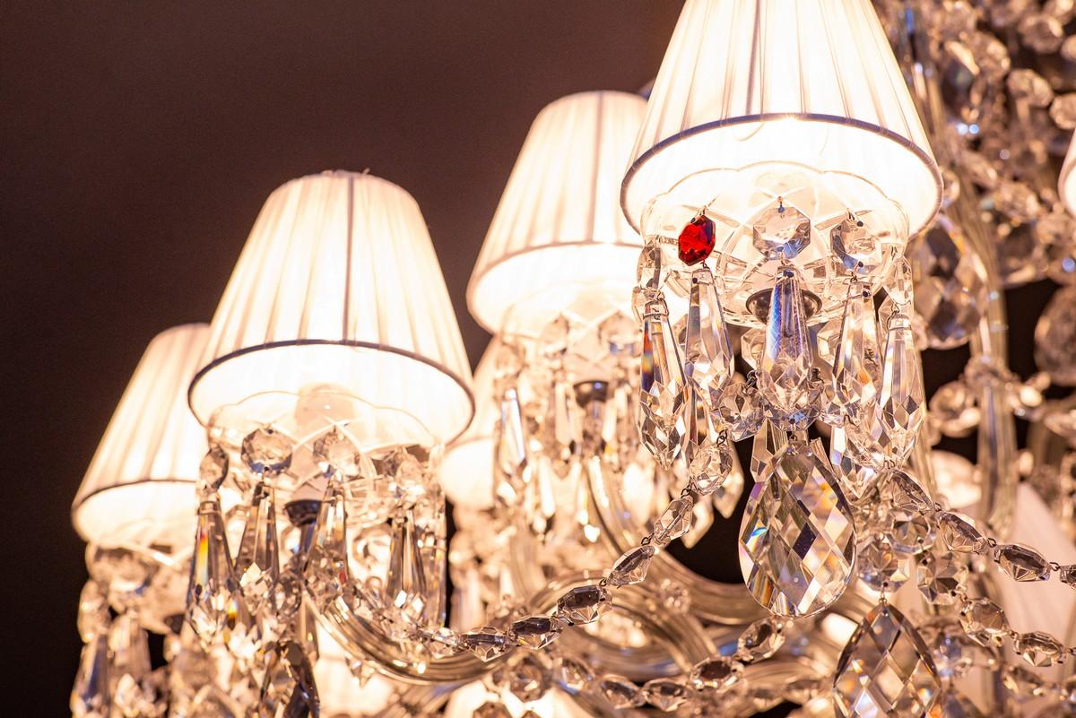 Lustres de cristal são atrativos para visitantes da Casa Cor MT